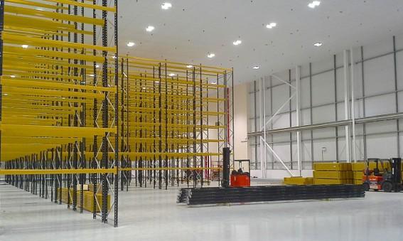 Energisnål LED-belysning i Fisher Clinicals höglager